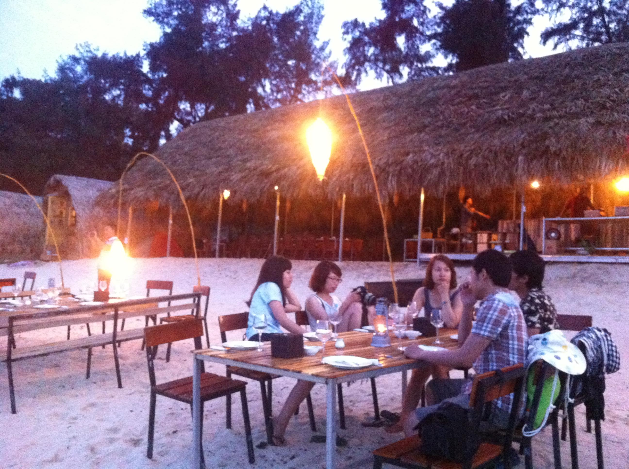 Những quán ăn ven đường bờ biển tại Cô Tô