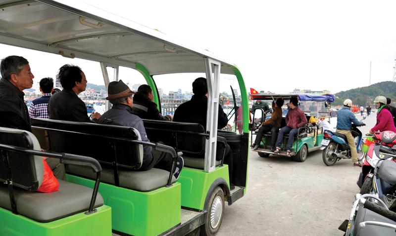 Xe điện đi trên đảo Cô Tô