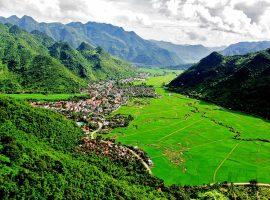 Huyện Mai Châu là một địa điểm du lịch nổi tiếng bởi vẻ đẹp của núi rừng và con người