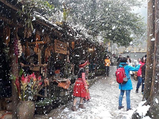 Những trận mưa tuyết luôn là điểm hấp dẫn và thu hút du khách đến với Sapa vào dịp đầu năm