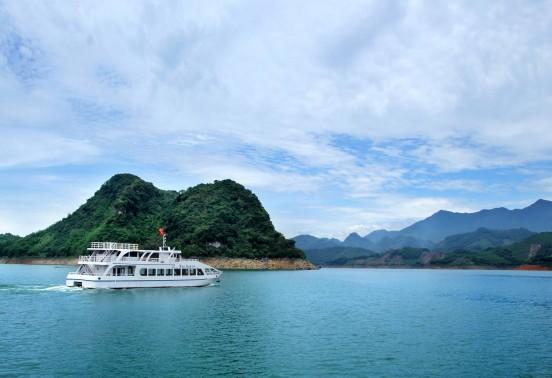 Đi thuyền để nhìn ngắm cảnh đẹp nên thơ hữu tình
