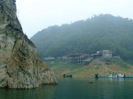 Thác Bờ là địa điểm du lịch thu hút nhiều khách du lịch tới tham quan