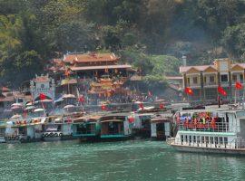 Hai ngôi đền Chúa Thác Bờ ở Thung Nai và Vầy Nưa cách nhau khoảng 15 phút đi thuyền