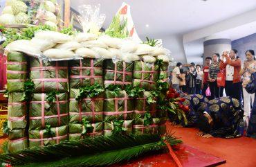 Bánh chưng bánh dày là lễ vật cần có khi đến Đền Hùng