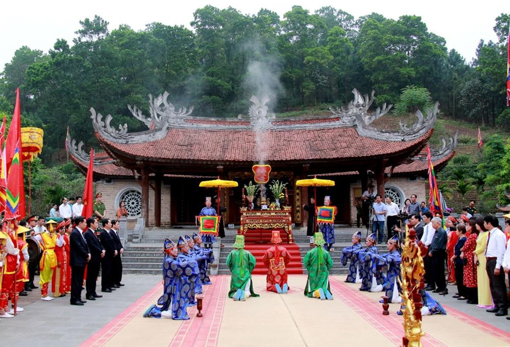 Du khách có thể di chuyển tới đền Hùng bằng phương tiện cá nhân hoặc công cộng phụ thuộc vào sở thích và điều kiện kinh tế của mỗi người