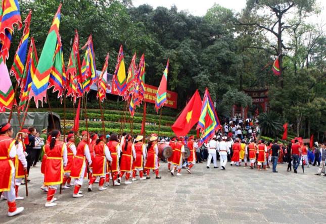 Đền Hùng là địa điểm du lịch thu hút nhiều khách tham quan hàng năm