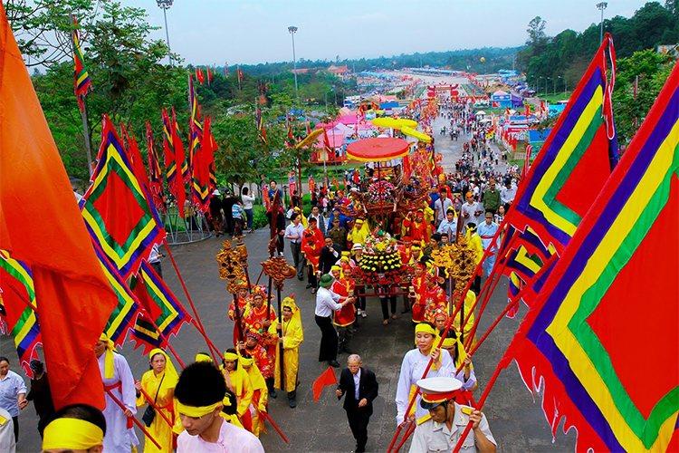 Lễ hội đền Hùng ngày nay quy tụ được các nghệ nhân, diễn viên, vận động viên tiêu biểu trong phong trào văn hóa, thể thao quần chúng của các vùng