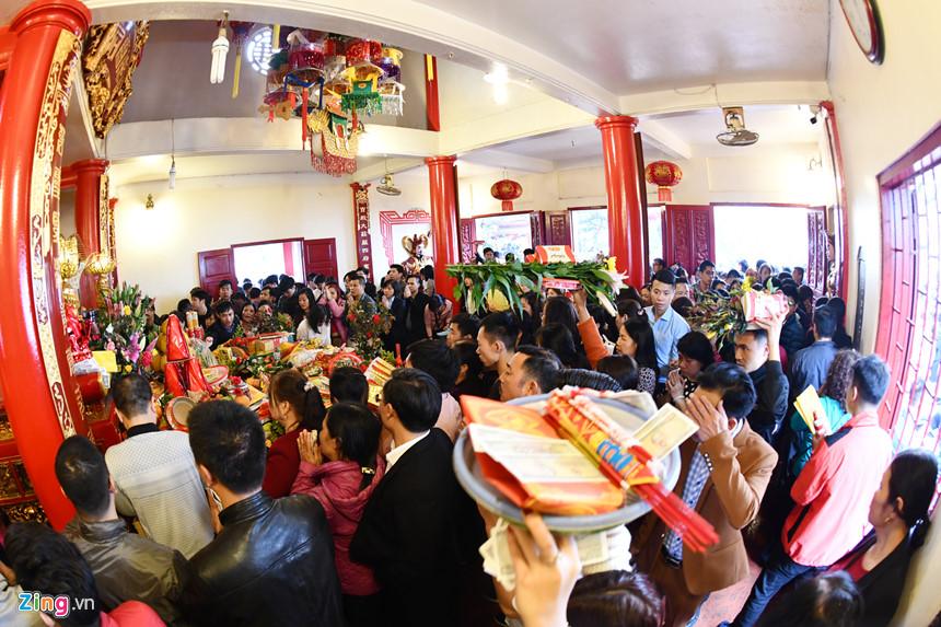 Tết là thời điểm phủ Tây Hồ đón nhận nhiều khách thập phương tới dâng hương nhất
