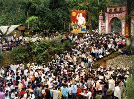 Vào ngày giỗ Tổ Hùng Vương, lượng du khách đổ về đền Hùng tăng cao