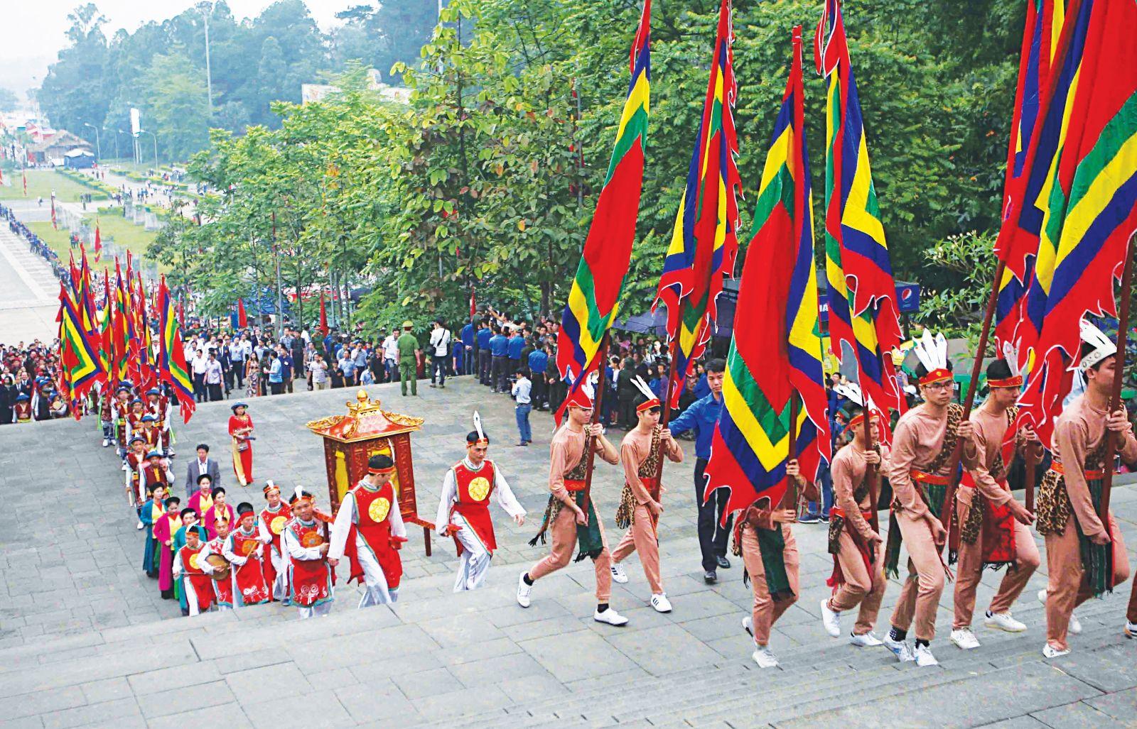Những hình ảnh thể hiện lòng yêu nước của người dự lễ hội đền Hùng